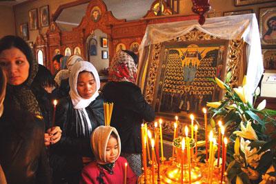 В Мариуполе было немало желающих приложиться к иконе с ликами святых.