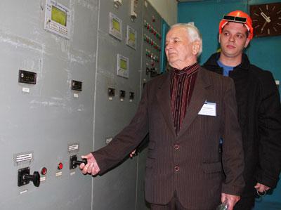 Иван Папаценко и Денис Рыбин перекрывают подачу газа, поступающего в мартеновскую печь №8.