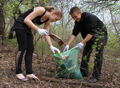 Студенты-биологи Валерия Емильянова и Александр Здраздас энергично заполняли свои мешки мусором.