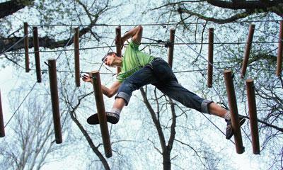 Для любителей экстремальных развлечений в донецком парке Щербакова открылся веревочный аттракцион.