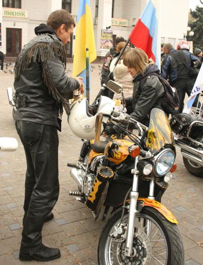 Украинские байкеры открыли новый гоночный сезон. Около сотни мотоциклистов из Луганска, Донецка, Запорожья и Крыма организованной колонной проехались по центру Мариуполя.