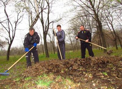Мэр Юрий Хотлубей, секретарь горсовета Андрей Федай и начальник департамента развития ЖКИ - в борьбе за чистоту городских территорий.