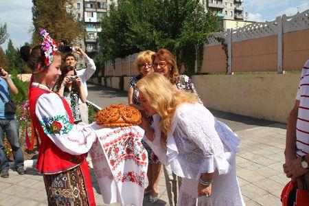 Людмила Мальцева, которую мы знаем по телесериалам, оценив макеевское гостеприимство, расцеловала хлеб.