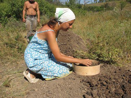Ради малого обломка охры или древнего черепка  Ксения Стахурская просеивает через сито кубометры грунта.