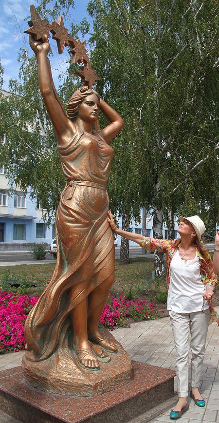 Светлана Тома у памятника макеевчанкам:  «Я преклоняюсь перед шахтерскими женами,  у которых хватает мужества каждый день отпускать  своих любимых и сыновей в черную неизвестность».