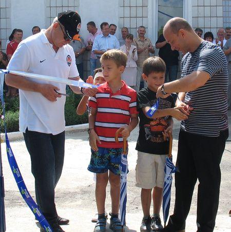 Торжественный миг открытия.  Перерезать ленточку Андрею Пономареву  и Игорю Скорбилину помогли юные футболисты.