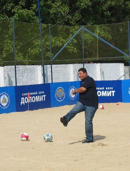 Ворота нового футбольного поля «распечатал» глава Старобешевской районной госадминистрации  Василий Панько.