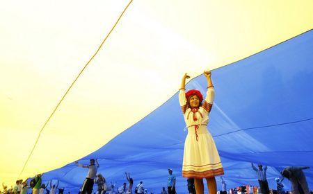 24 августа на улице Владимирской напротив здания Киевского национального университета 250 молодых людей развернули самый большой государственный флаг - 40 на 60 метров, общей площадью 2,4 тыс. кв. м. Достижение зафиксировал представитель Книги рекордов Украины.