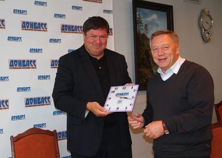 Юрию Соловьеву пришелся по душе подарок  главного редактора «Донбасса» Александра Брижа -  настенные часы с логотипом газеты.