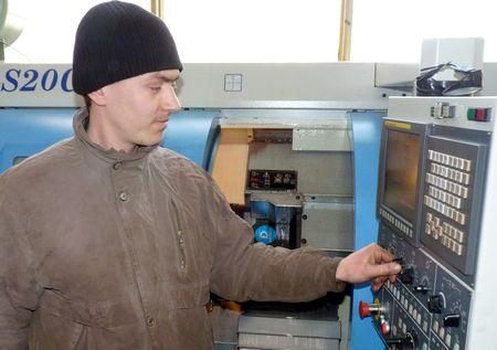 Молодой станочник Михаил Рябченко освоил все тонкости производства заводской продукции.