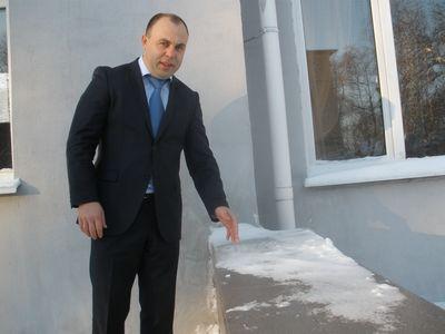 Глава Ясиноватской райгосадминистрации  Дмитрий Дяченко уверен: с новыми  пластиковыми окнами в сельских школах  нынешней зимой ученикам будет тепло.