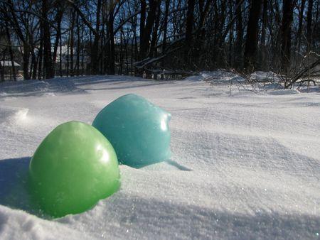 Такие разноцветные шарики будут радовать глаз  до первой оттепели.