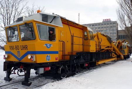 Четвертый по счёту в этом году дорожный агрегат покидает сборочный цех. Машина  RM-80 отлажена и отправляется к заказчику -  в Тернополь, на Львовскую железную дорогу. Вторую такую же отправят в Днепропетровск в канун Нового года. Третий подобный агрегат находится на сборочной площадке.