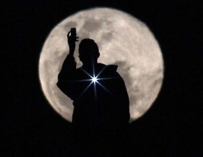 В ночь полнолуния 3 июля многие земляне плохо спали. А один бразилец решил сфотографировать Луну. И получился этот потрясающий кадр.