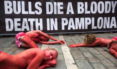 6 июля в Испании стартовал сезон корриды. А в городе Памплона защитники животных провели акцию протеста. Обнаженные активисты разукрасили себя в черный и красный цвета и легли на землю таким образом, что представили собой надпись: Прекратите убивать быков.