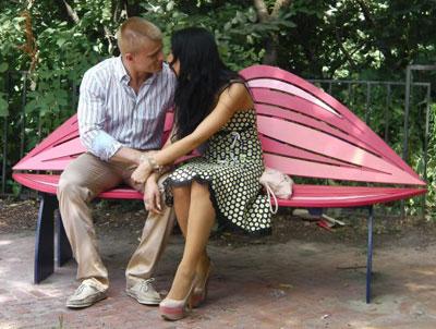 Ко всемирному Дню поцелуев (который отмечался 6 июля) киевлянам подарили пять арт-лавочек, повторяющих контуры губ. Места, в которых они установлены, выбраны не случайно.