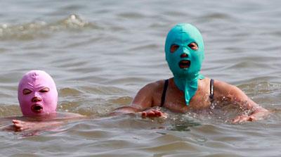 Жительницы китайского города Циндао таким образом начали защищать свои лица от солнца. Нейлоновые маски поступили в продажу - а дамы принялись в них загорать и купаться.