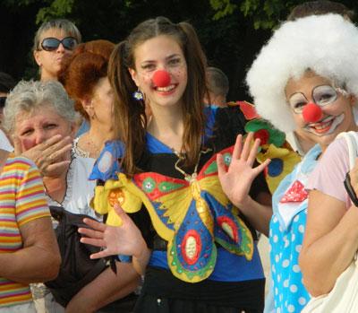 В Мариуполе День семьи отпраздновали большим парадом семейных ценностей. Несколько десятков супружеских пар прошлись по красной дорожке, выстланной на площади у драмтеатра.