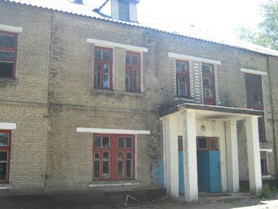 В бывшем общежитии от ремонта не осталось и следа: ни окон, ни дверей, ни коммуникаций. Два года назад его оценили в 71 тысячу гривен.