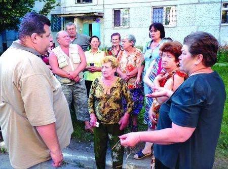 Главврач ликвидируемой больницы Игорь Дубограй (слева)  разделяет возмущение жителей Святогорска.