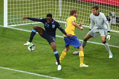 Форвард сборной Англии Дэнни УЭЛБЕК сотворил шедевр на киевском стадионе: после прострела Уолкотта он пяткой переправил мяч в ворота шведского голкипера Исакссона.
