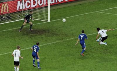 Откликнувшись на навес Боатенга, немецкий форвард Сами ХЕДИРА с двенадцати метров в одно касание переправил мяч под перекладину ворот греческого голкипера Сифакиса.