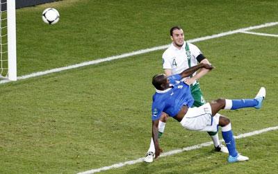 В матче с ирландцами Пирло навесил с углового в центр штрафной - и нападающий итальянцев Марио БАЛОТЕЛЛИ умудрился красивейшим ударом через себя в падении поразить ворота Гивена.