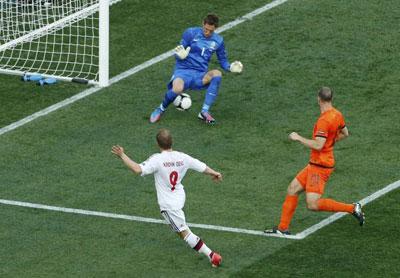 Форвард датчан Микаэль КРОН-ДЕЛИ ворвался в штрафную голландцев, на замахе обыграл Хейтингу с Ван Боммелем и послал мяч между ног Стекеленбурга.