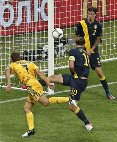 Коноплянка с углового подал точно на голову культового украинского футболиста Андрея ШЕВЧЕНКО - и тот головой срезал мяч в сетку ворот того же Исакссона.
