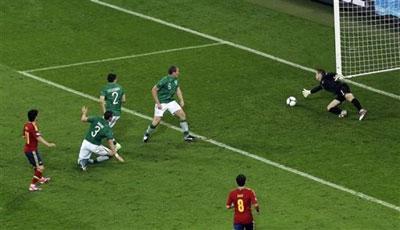 Полузащитник испанцев Давид СИЛЬВА одним движением обманул сразу троих ирландских защитников и катнул мяч в нижний угол ворот  бедолаги Гивена.