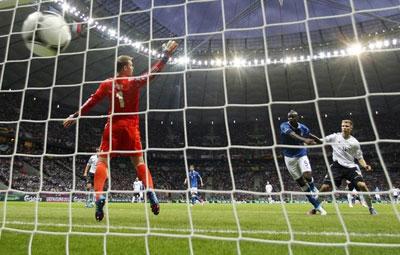Со своей половины поля Монтоливо сделал дальний заброс на супер-Марио, тот оторвался от Лама и с линии штрафной выстрелил в «девятку» ворот немца Нойера. Так Италия оказалась в финале.