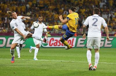 После навеса Ларссона шведский форвард Златан ИБРАГИМОВИЧ  совершил акробатический прыжок и в одно касание поразил ворота голкипера сборной Франции Льориса.
