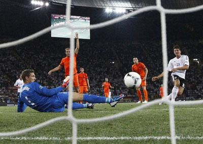 Нападающий сборной Германии Марио ГОМЕС принял пас Швайнштайгера, находясь на линии штрафной спиной к воротам, красиво развернулся - и пробил в нижний угол, поймав на противоходе Секеленбурга.
