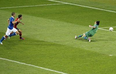 Хорди Альба забивает второй мяч.