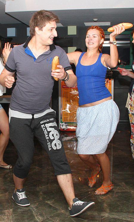 Самые активные участники праздника - Александр ВАЛЬМОНТ и Анна КОРОЛЕВА - танцем доказали свою любовь к фастфуду  и стали «Мистером Хот-дог» и «Мисс Хот-дог».