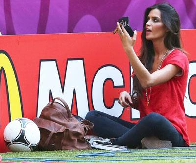 Но не все так нервничали. Телеведущая Сара Карбонеро, девушка испанского вратаря Икера Касильяса, была настолько уверена в победе любимого в матче против Франции на «Донбасс Арене», что вместо того, чтобы следить за игрой, решила накраситься.