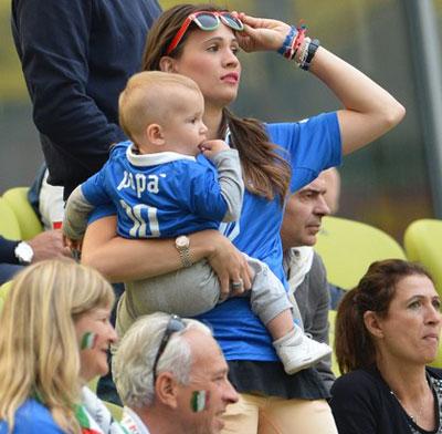 Каролина Марчалис, любимая форварда итальянской сборной Антонио Кассано, во время стартовой встречи с Испанией в Гданьске настолько разволновалась, что даже с маленьким сыном на руках не смогла усидеть на месте.