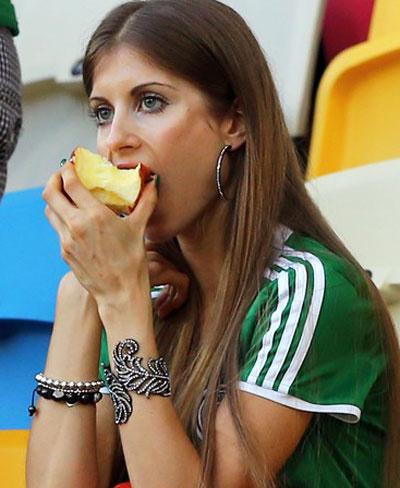 А вот девушка защитника немецкой сборной Матса Хуммельса, Кэти Фишер, хрустела вкусным и полезным яблочком на матче против Дании в том же Львове.