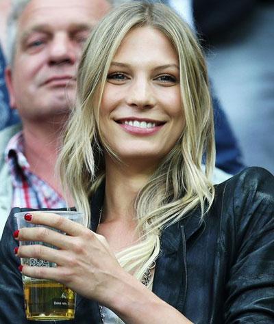 А вот Сара Брандер - девушка другого немца, полузащитника Бастиана Швайнштайгера, на горьком для Германии полуфинальном поединке со сборной Италии в Варшаве тщетно пыталась поднять себе настроение пивом.