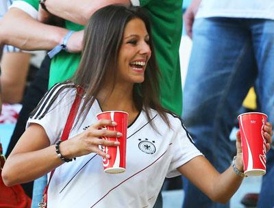 Сильвия Майкл, возлюбленная немецкого нападающего Марио Гомеса, во время матча с Данией во Львове запасалась холодной колой - игра была действительно жаркой.