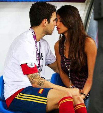 Победителей надо награждать поцелуями, что и сделала возлюбленная испанского полузащитника Сеско Фабрегаса Даниэлла Самаанпосле финальной игры 1 июля в Киеве.