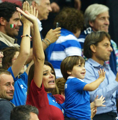 А вот вторая половинка итальянца Джанлуиджи Буффона чешская модель Алена Середова с младшим  сыном Дэвидом Ли активно пыталась подсказать, как ему нужно отражать опасные  удары. 28 июня в Варшаве ей это удалось.