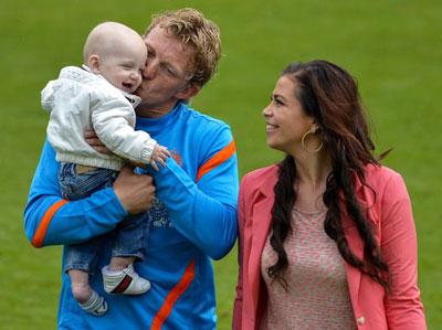 Гертруда, жена голландского форварда Дирка Кюйта, наблюдала за неудачами сборной мужа вместе с сыном Эйданом. На первой тренировке перед Евро-2012 у футболиста нашлось время для семьи.