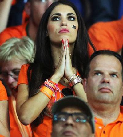 Иоланта, супруга полузащитника сборной Голландии Уэсли Снейдера, на матче с Португалией всем сердцем пыталась вымолить победу его команде. Однако Криштиану Роналду, забивая голы, к ее молитвам не прислушивался.