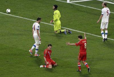 После третьего гола России - Алан Дзагоев и Петер Чех на коленях: один от счастья, другой от горя.