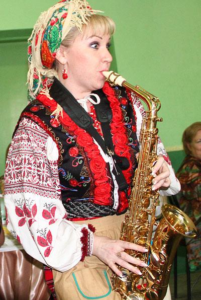 Финал фестиваля журналистов оказался замечательным: щедрое застолье и удивительная Солоха, которая пела для нас, проводила интеллектуальные конкурсы и даже... играла на саксофоне!