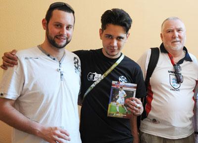 Сергей Пронкин (в центре) с работниками мобильного фан-посольства Англии. В руках у дончанина журнал Free Lions, который британцы печатают перед каждым матчем своей сборной.