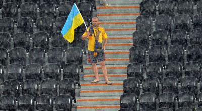 Украина-Франция. Врагу не сдается наш гордый Варяг! Когда бушует стихия, со стадиона могут уйти все, включая судей и футболистов. Но настоящий болельщик останется!