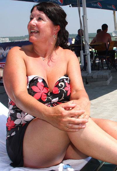 Пока муж и сын гуляют по Донецку, Роза из Англии в перерыве между матчами загорает в шезлонге у бассейна и радуется, что приедет домой отдохнувшей и посмуглевшей.