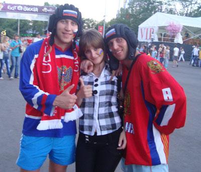 Дончанки даже не подозревали, что фотографируются не с обычными фанатами из братской России, а чемпионами мира по кикбоксингу - братьями Сироткиными.